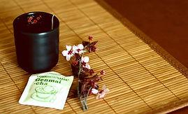 כוס תה עם תיון ופרחים