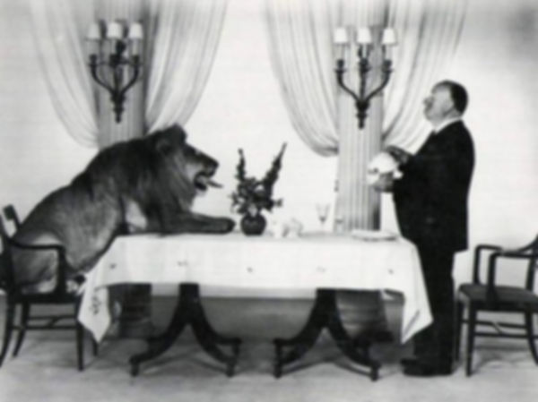 Альфред Хичкок подает чай льву | Rock Auto Club