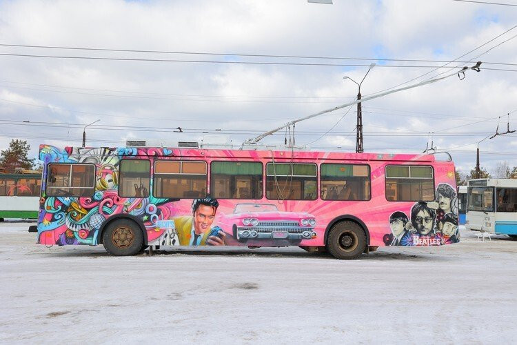 Музыкальный троллейбус с портретами Битлз и Элвиса Пресли | Rock Auto Club