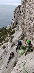 Cours d'escalade en grande voie aux Calanques.