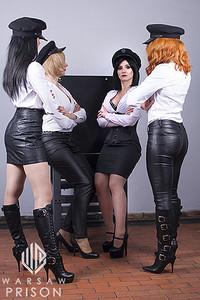 Quatre dominatrices en cuir
