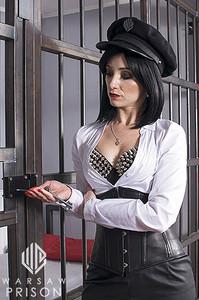 Gardienne de prison SM referme une cellule