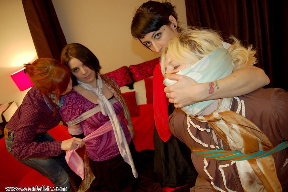 femmes foulards bondage