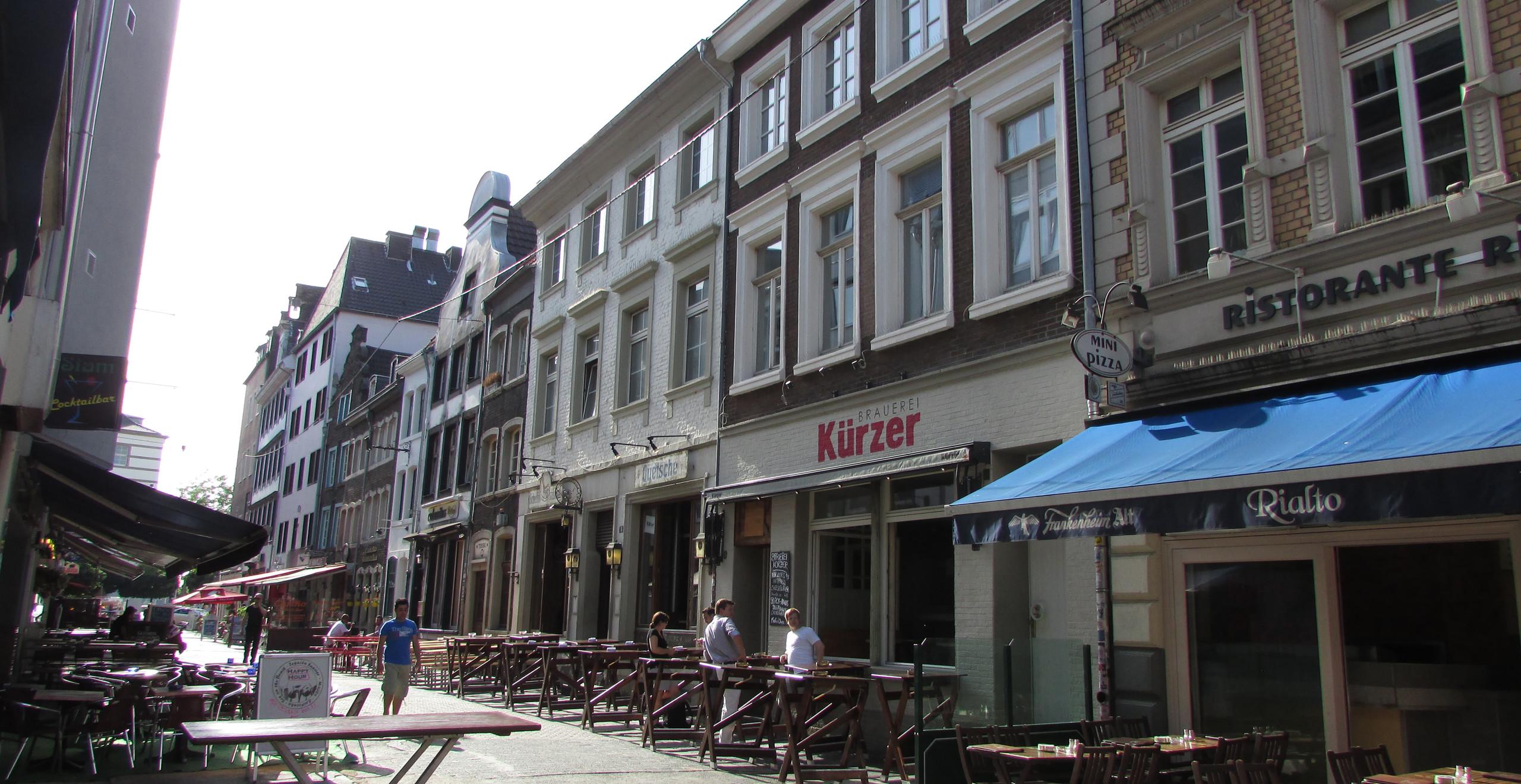 דבוקה רבה של מסעדות ובארים בעיר העתיקה בדיסלדורף