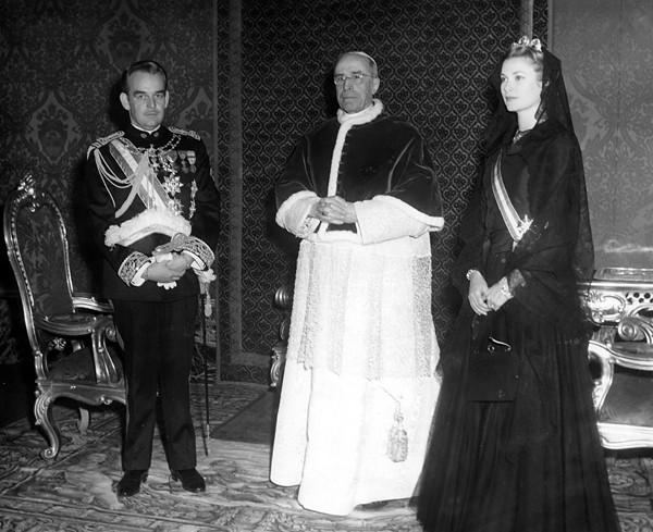 Князь Ренье и княгиня Монако Грейс Келли с официальным визитом у Папы Римского Пия XII.