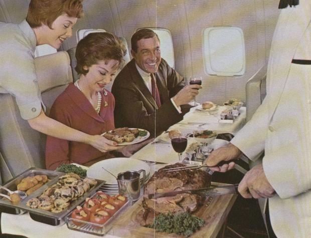 Обед на борту самолета американской компании Pan Am в 1960-е годы.
