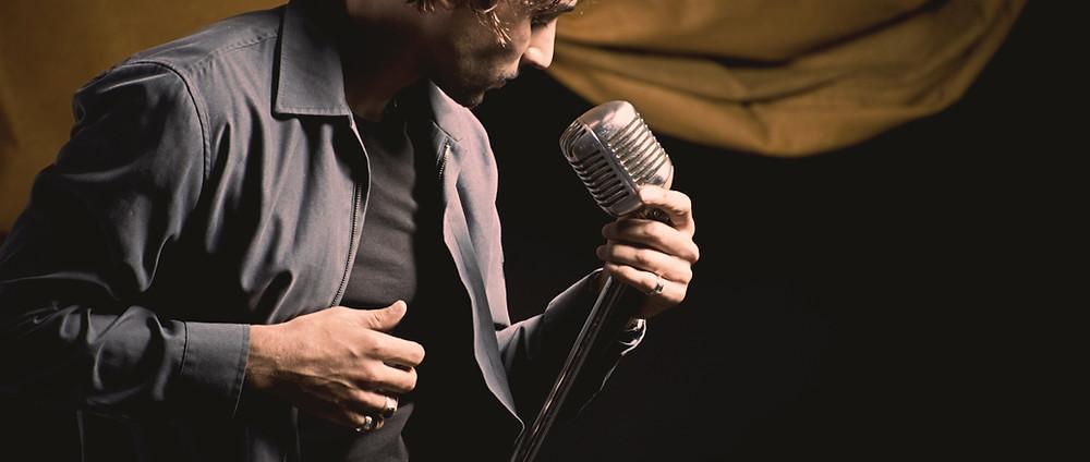 Cantante con micrófono