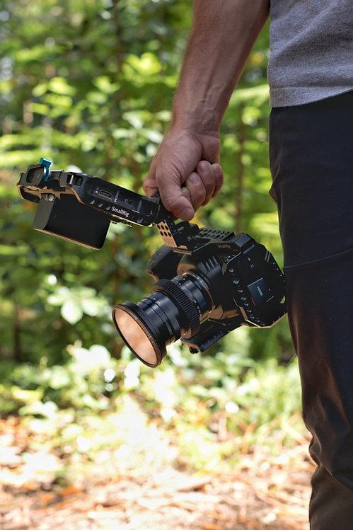 man-holding-video-camera-2820637.jpg