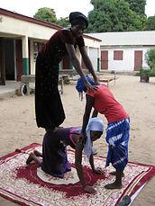 Minipiramide met Gambiaanse jongeren