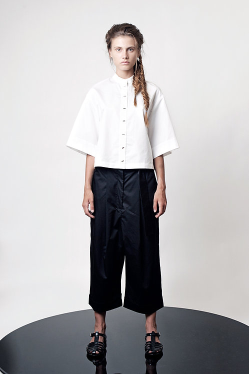 Loose pleated pants with long belt
