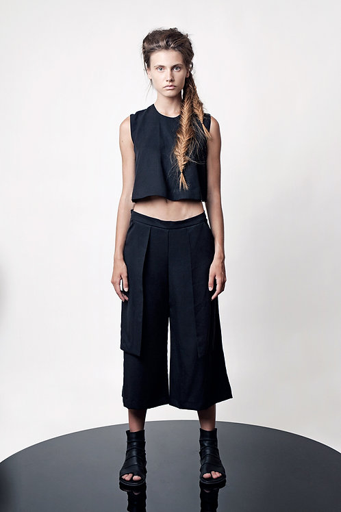 Mid calf pants with unconventional pockets