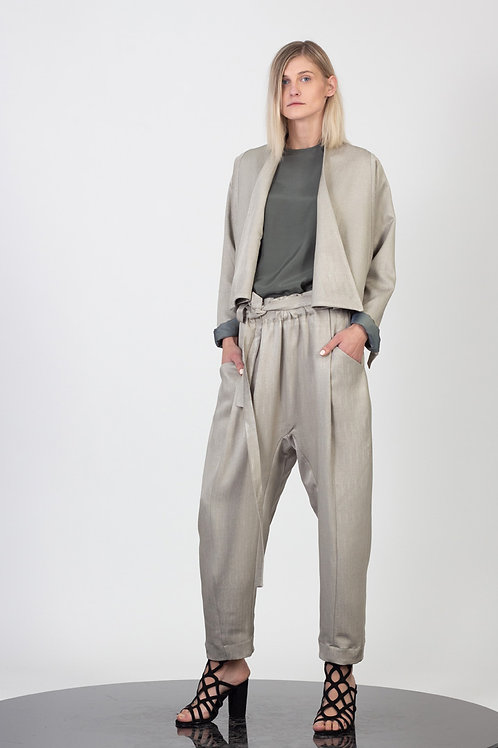 Cropped jacket with magnetic fastening