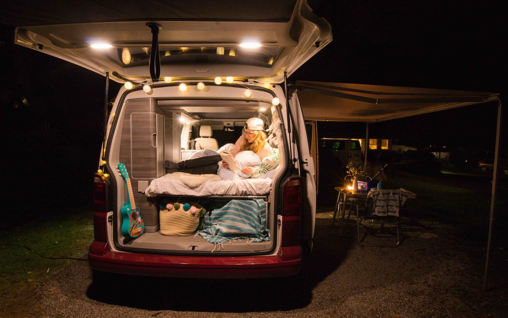 Roadsurfer-Kofferraumbild-Krümel-im-Bett