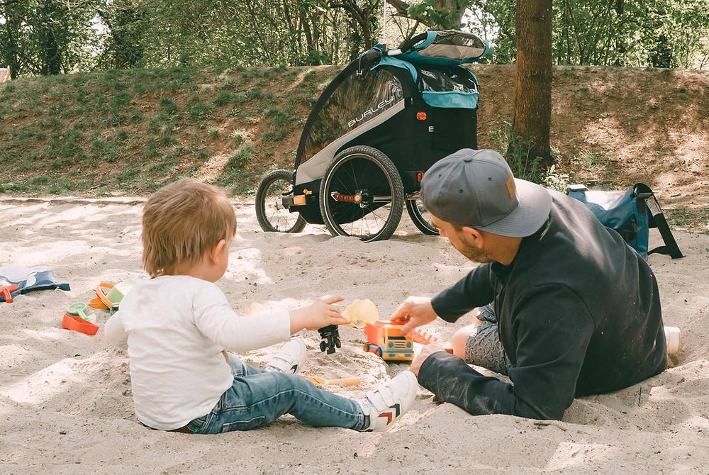 Burley_D`Lite_X-Kinderanhänger-Fahrrad-Papa-und-Sohn