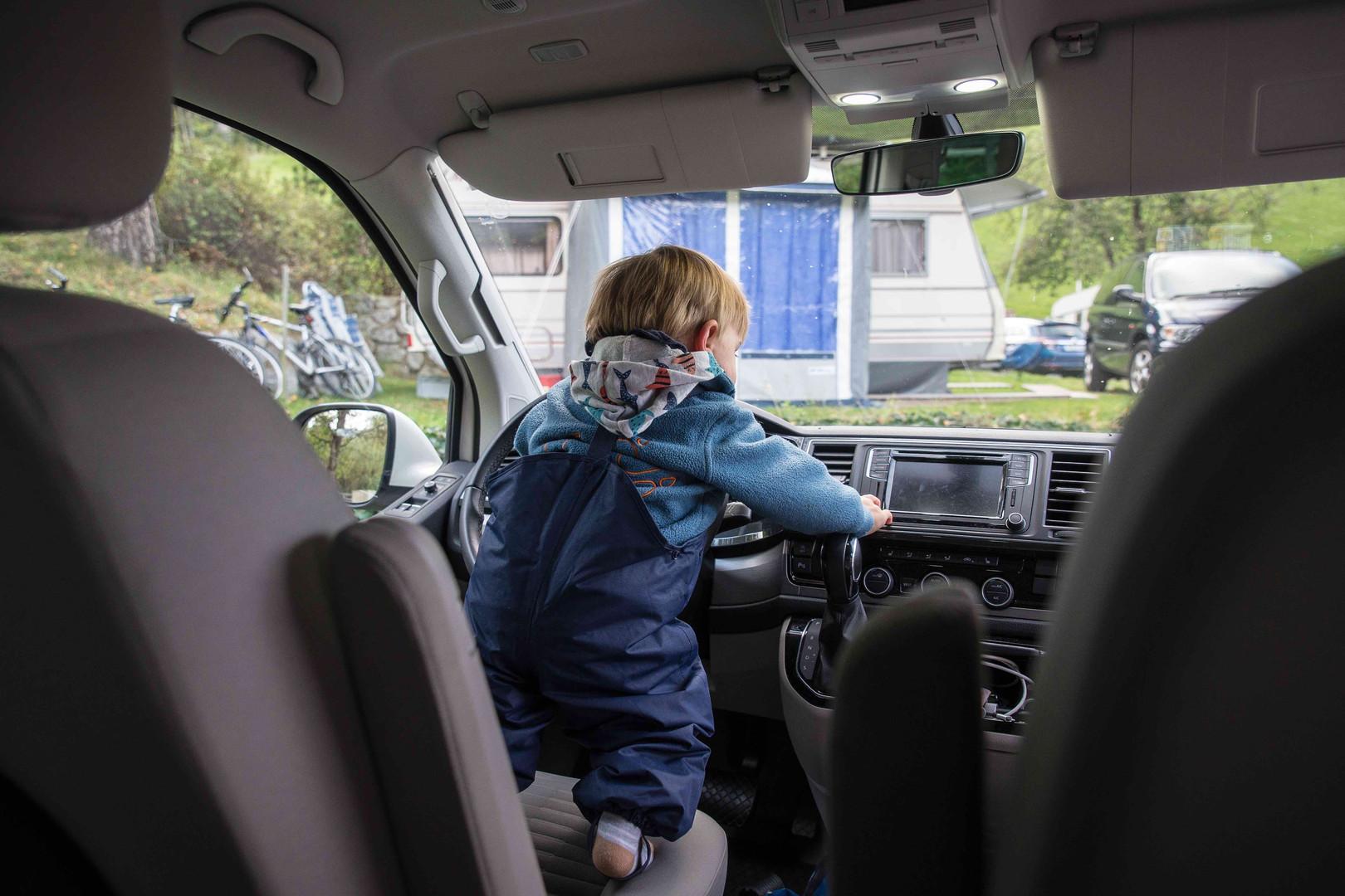 Roadsurfer-Pikk-Kapitän-Krümel-im-Bett-M
