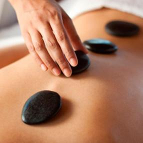 beneficios-da-massagem-com-pedras-quente