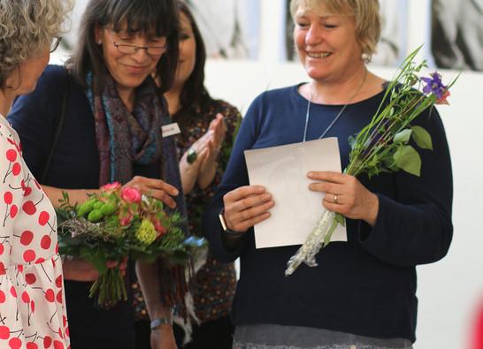 Der Publikumspreis an Angelika Soluk.JPG