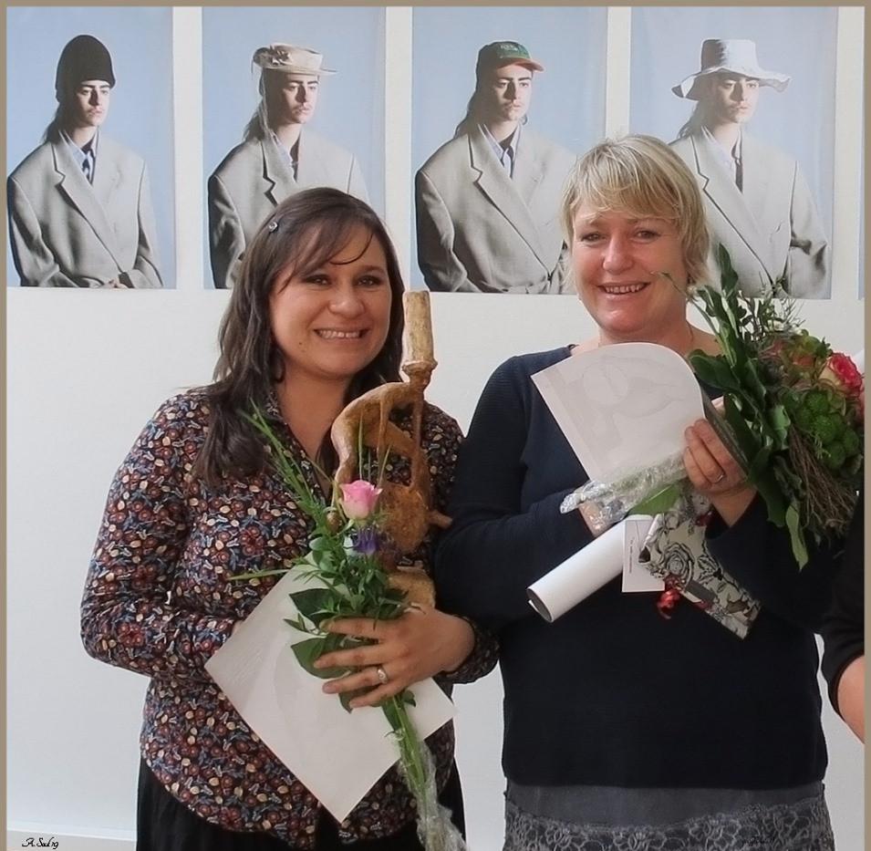 Links Angelika Soluk mit dem Publikumspreis, links Luz Helena Marin Guzmán mit dem 1. Preis der Bruni