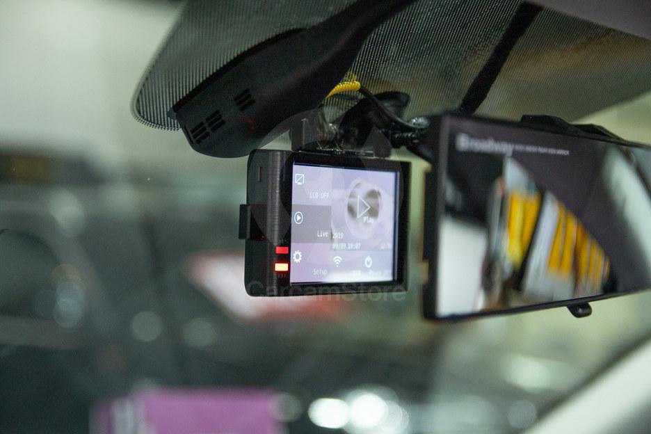 กล้องหน้าติดตั้งไว้ด้านหลังกระจกมองหลัง