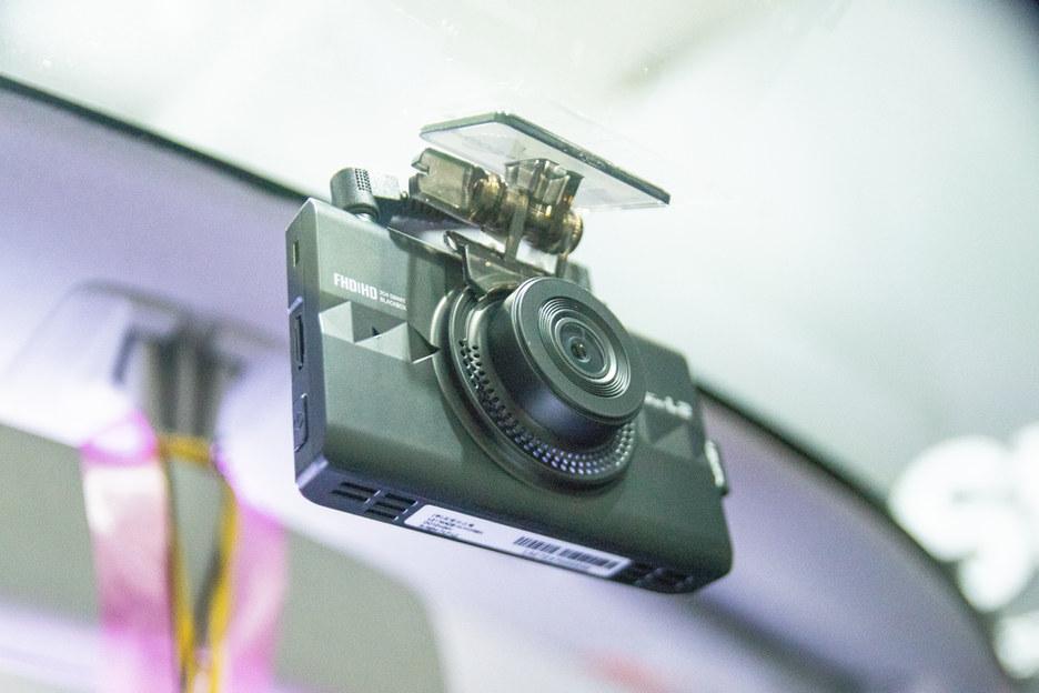 ตัวอย่างการติดกล้องหน้า ตำแหน่งใต้กระจกมองหลังเพื่อการใช้งานง่ายสะดวก