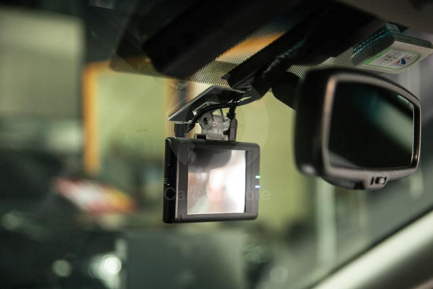 ลักษณะการติดตั้งกล้องหน้า ใต้แกนกระจกมองหลังพอดี