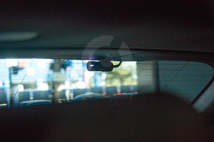 กล้องหลังวางกลาง ชิดขอบกระจกพอดี เก็บซ่อนสายให้เห็นน้อยที่สุด