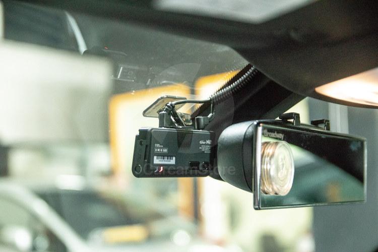 กล้องหน้าติดตั้งแบบ ซ่อนไว้หลังกระจกมองหลังพอดี พร้อมเก็บสายเข้ากระดูกงูอย่างสวยงาม