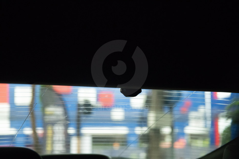 ลักษณะการติดกล้องหลัง วางชิดขอบ กลางกระจกซ่อนอย่างสายงาม มองไม่เห็นสาย