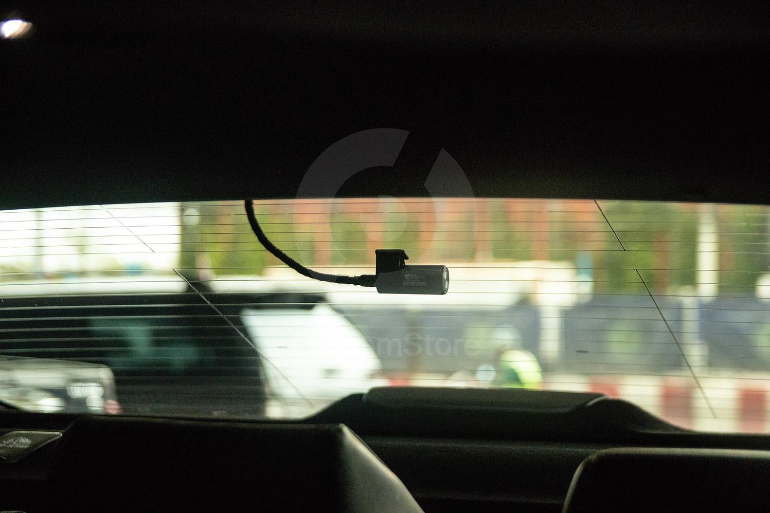 กล้องหลังติดตั้งลงมาประมาณ 4ขั้น เพื่อใช้งานม่านไฟฟ้าของรถได้ปกติ