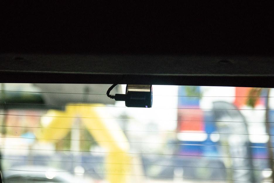 ตำแหน่งกล้องหลัง วางชิดขอบ กลางกระจกหลัง เพื่อเห็นสายน้อยที่สุด
