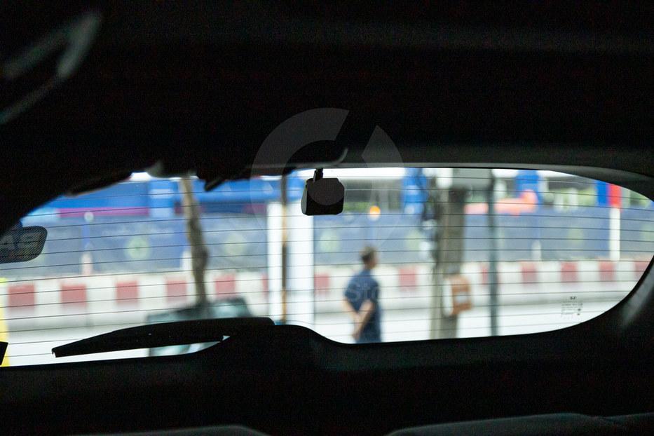 กล้องหลังวางชิดขอบกระจก ซ่อนสายให้เห็นน้อยที่สุด