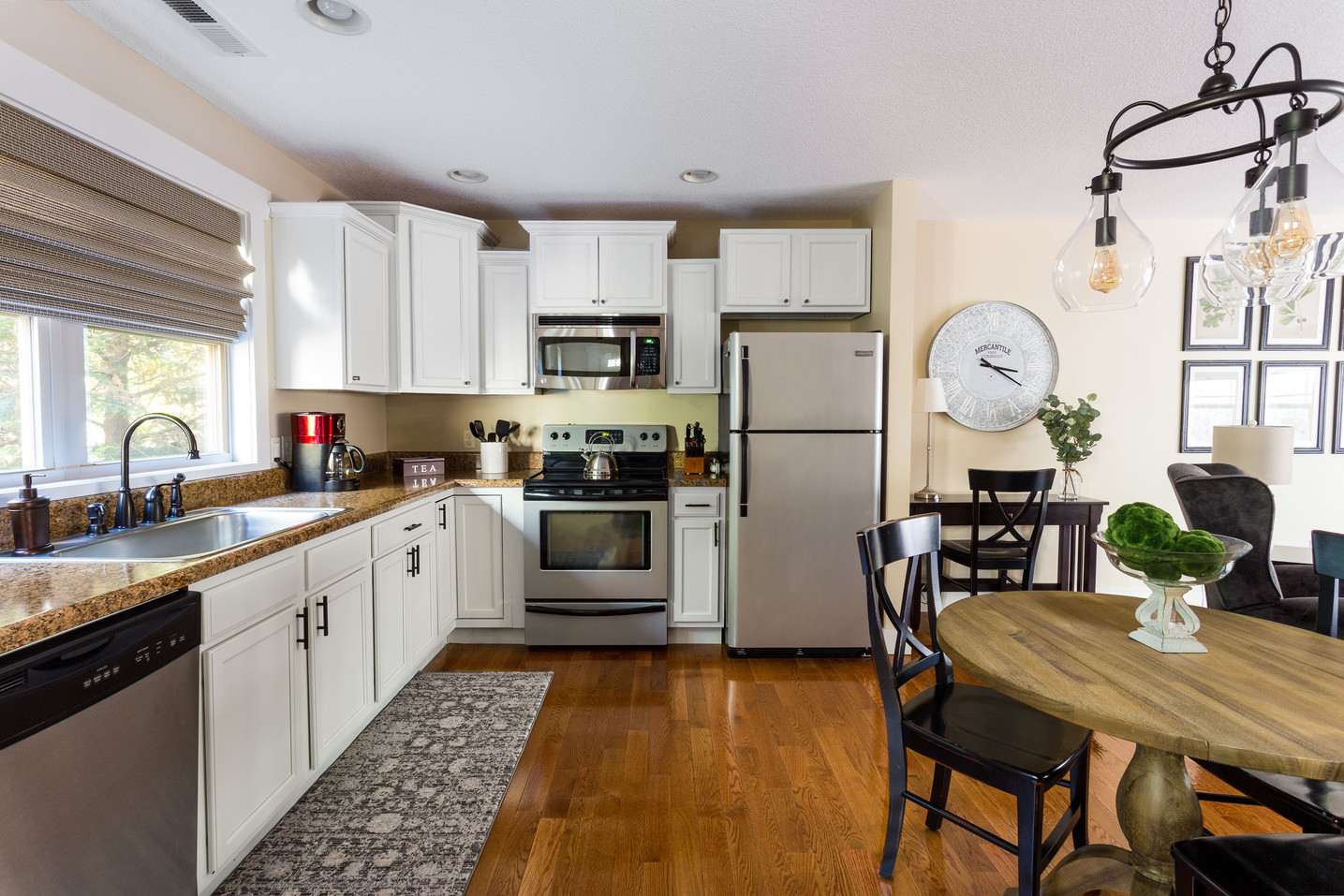 Large kitchen with plenty of room to cook at home