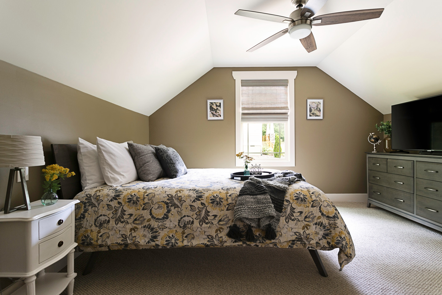 3 bedroom vacation rental with TV in the room