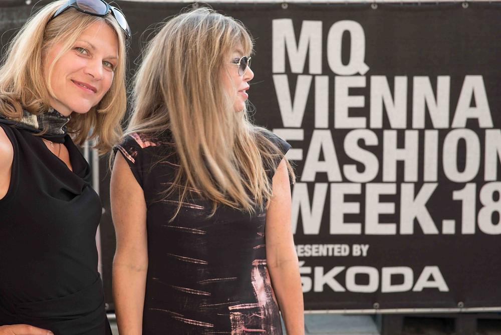 Die Künstlerinnen Su Sigmund nd Sabine Burger bei der Fashion Week in Wien 2019.