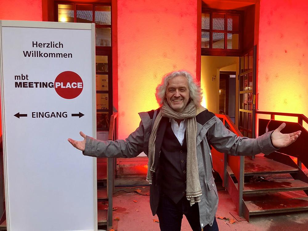 Gregor Jasch am Eingang des Postpalastes in München
