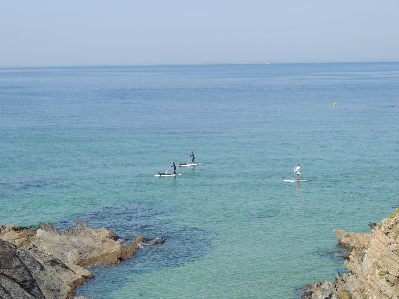 balade en mer en stand up paddle avec un moniteur dans le finistère sud