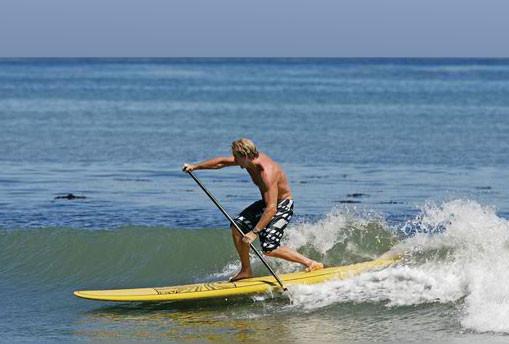 Initiation location de stand up paddle pour surfer des minis vagues avec l'ecole de surf de Bretagne de Clohars Carnoet