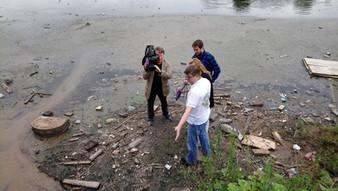 Слив канализации в реку Сосенка в деревне Николо-Хованское