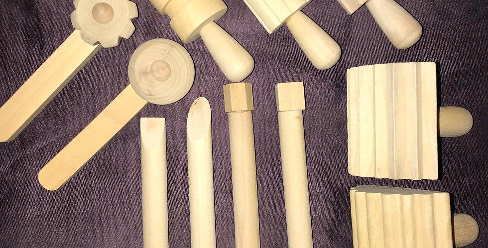 Zestaw drewnianych stempli i wałków