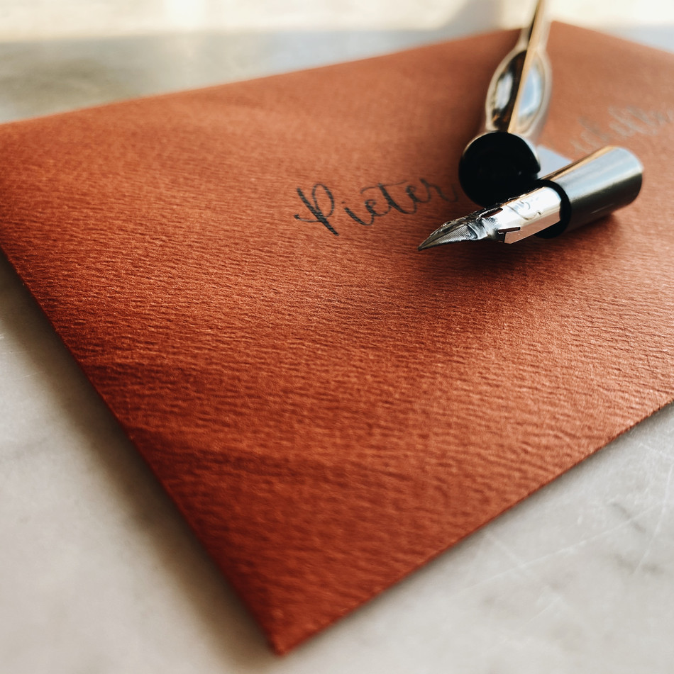 Kalligrafie van Willi_envelop goudbruin