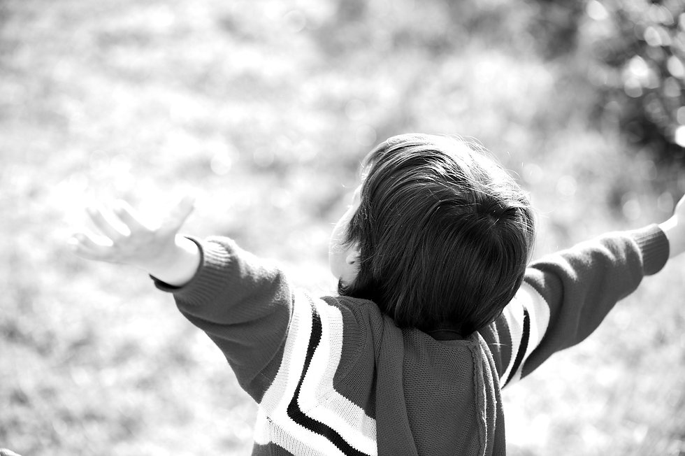 child-outstretched-against-the-sky_HKMKv