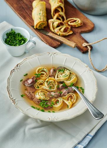Rindssuppe mit Kräuterpfannkuchensiralen