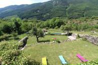 La Ferme de Chalas - Vue sur le jardin depuis la terrasse