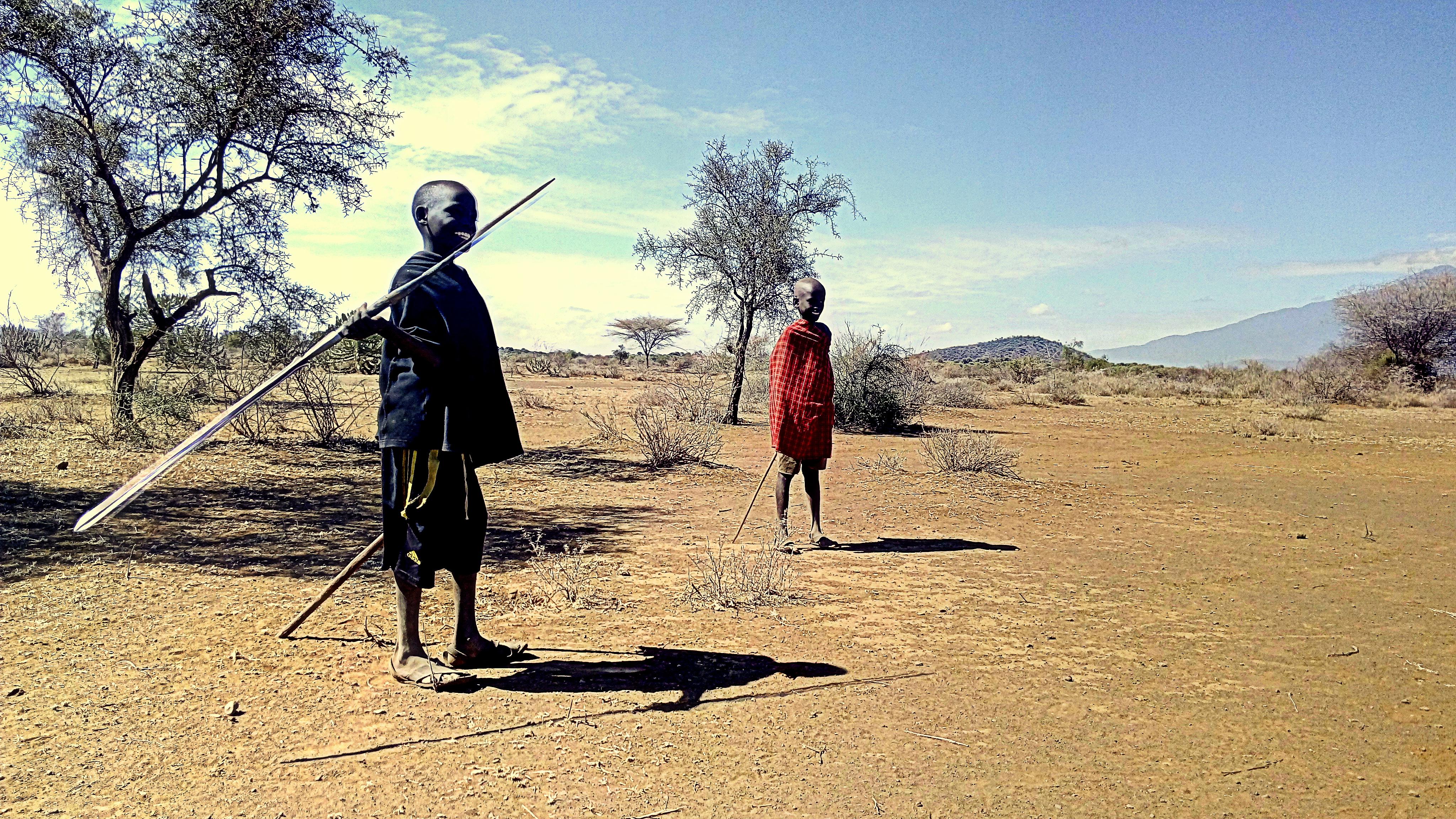 Jóvenes masai entrenando la lanza