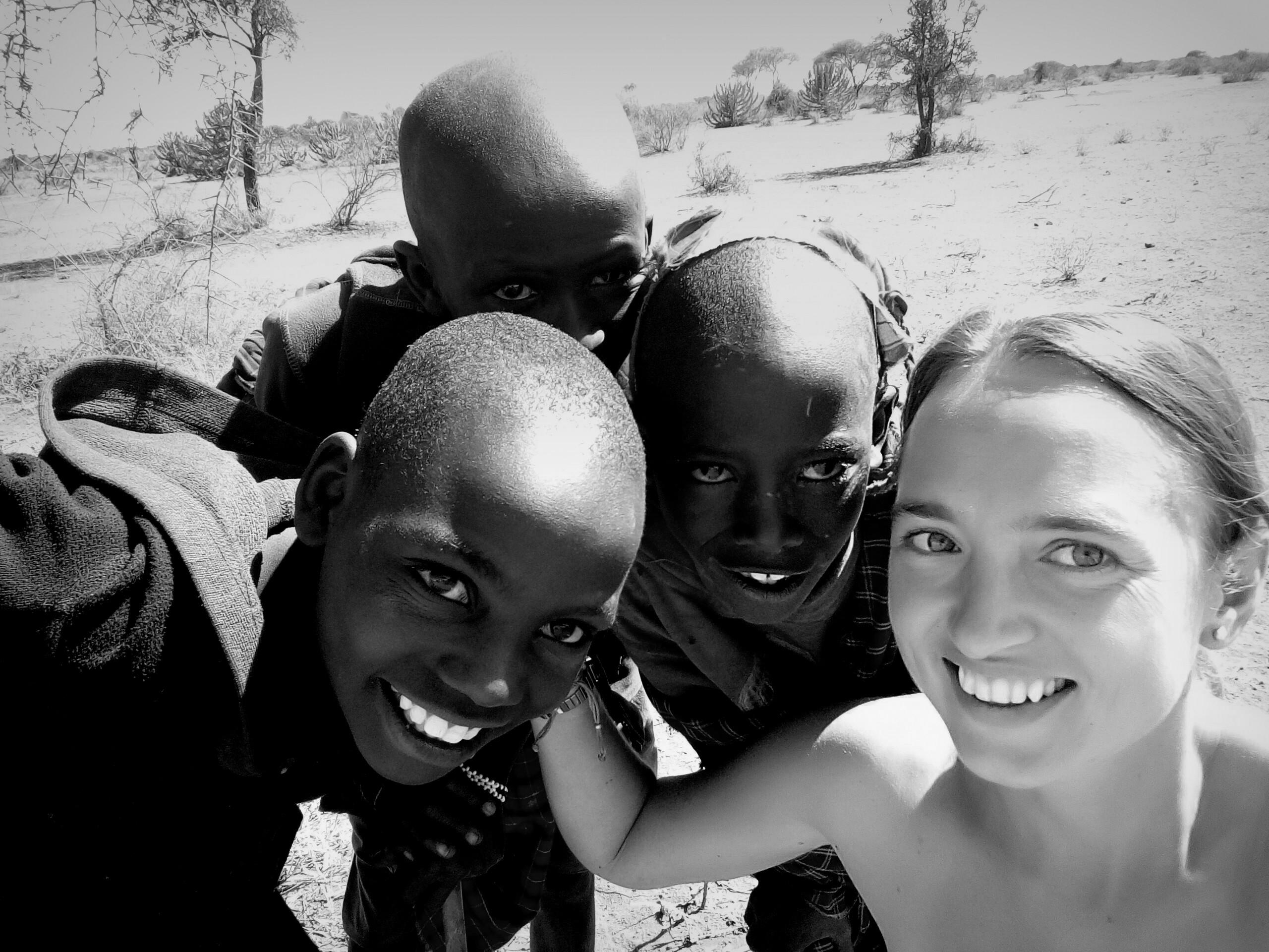 NADIA CON NIÑOS EN TANZANIA