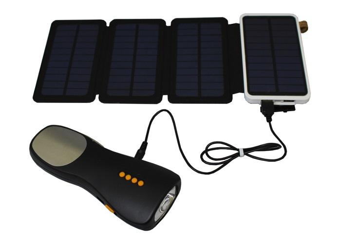 バッテリーからラジオ付き懐中電灯を充電