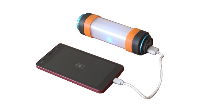 LEDライトからスマートフォンを充電