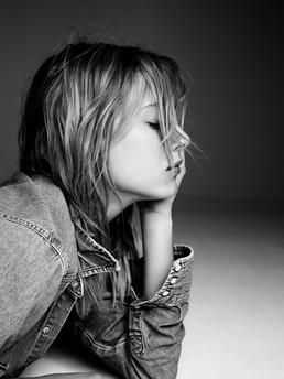 Nora Arnezeder en noir et blanc