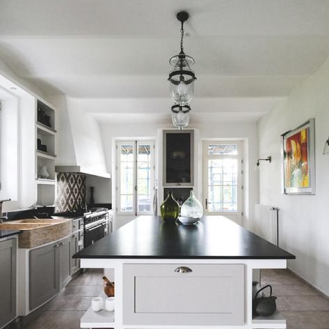 cuisine-heritage-shaker-sur-mesure-chene-massif-cadres-moulures