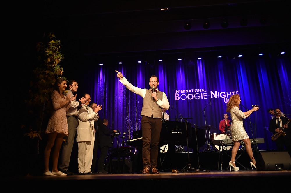 Chris Conz führt durch die «Int. Boogie Nights Uster». Foto: Erwin Sigrist.